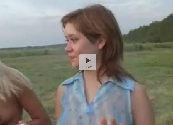 В поле вывезли нескольких русских девчат для секса.