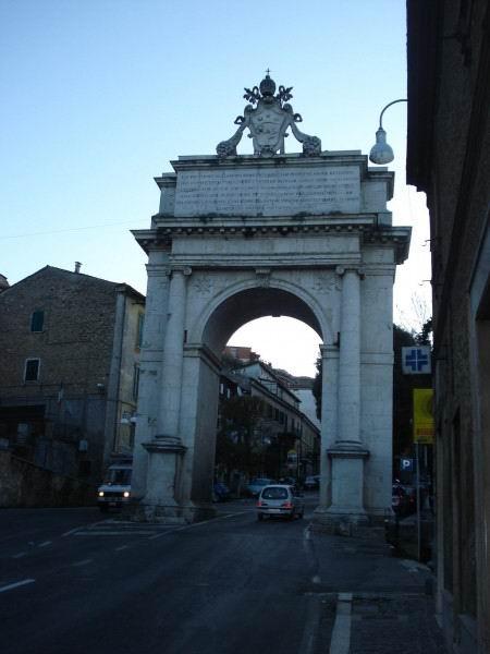 Въезд в город через арку.